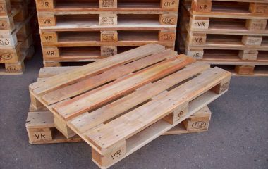 Từ Pallet trong tiếng Anh có nghĩa là giá đỡ, kệ đỡ nếu bạn chưa biết. Vì vậy chúng ta có thể hiểu sơ qua về khái niệm gỗ Pallet là gì rồi đó! Gỗ Pallet là gì? Như vậy, gỗ pallet là một loại gỗ công nghiệp được sử dụng để chuyên đỡ và […]