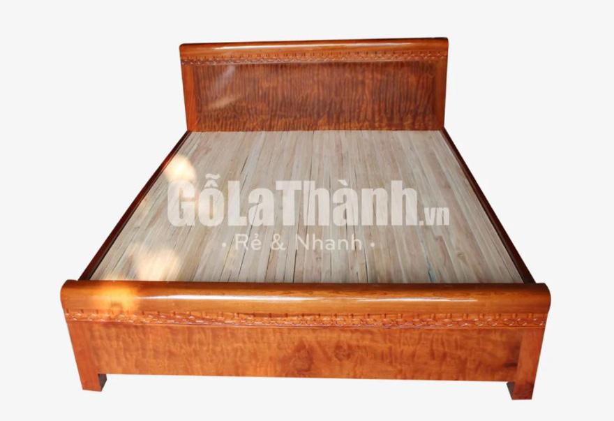 giường làm từ gỗ tự nhiên màu nâu đỏ