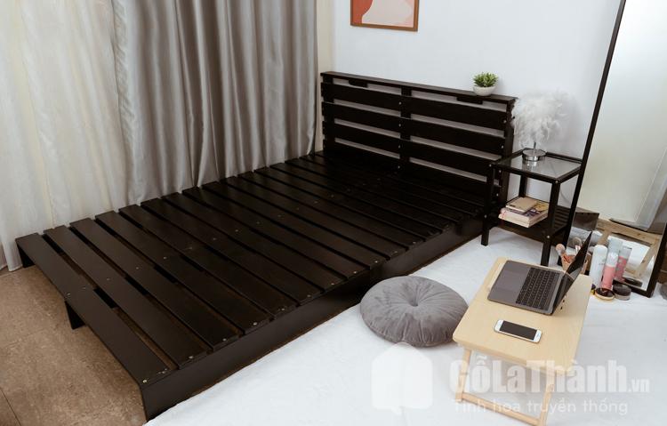 giường pallet màu nâu đất đen