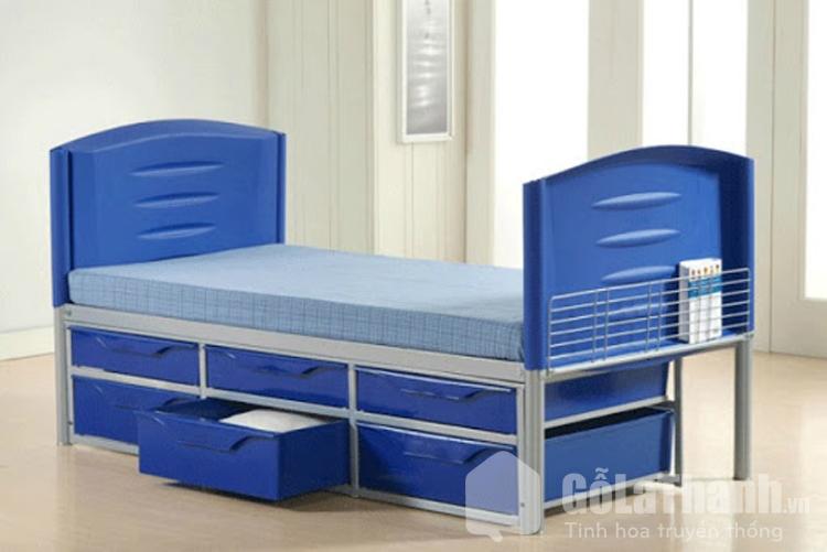 giường nhựa màu xanh có 2 tầng ngăn kéo