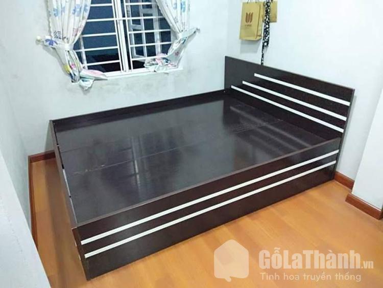 giường nhựa đen phối sọc màu trắng