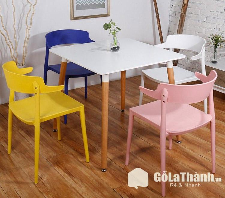 bàn ăn vuông màu trắng và 4 ghế nhiều màu sắc