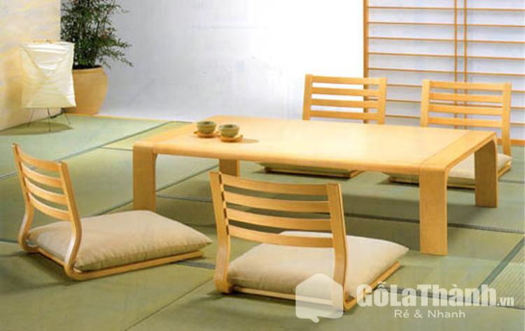 bàn và 4 ghế gỗ có đệm