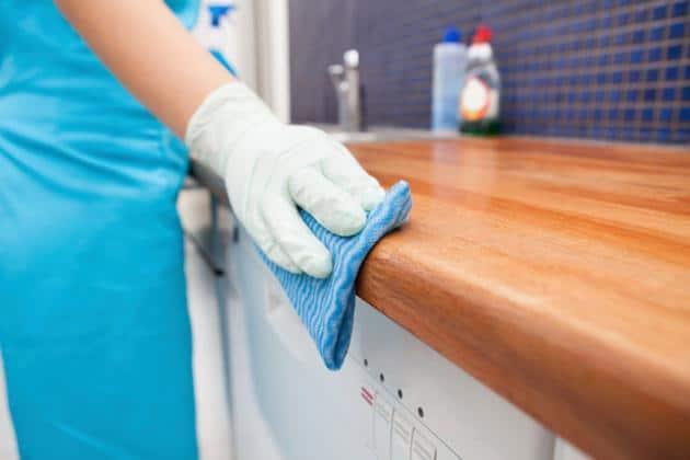 Cách vệ sinh tủ bếp gỗ đơn giản và nhanh chóng